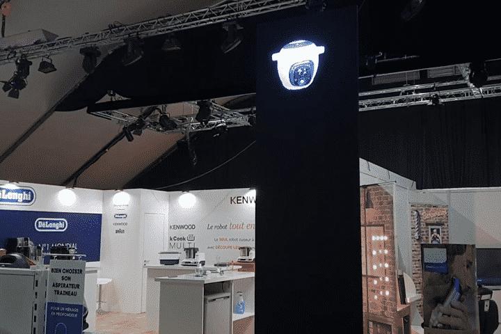 Installation hélice holographique sur cloison noire pour Conforama