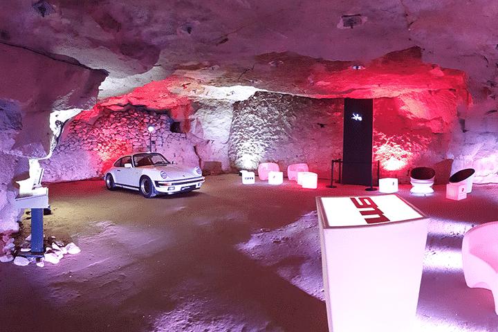 Installation hélice holographique 3D sur support mobile pour Porsche